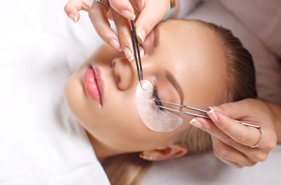 Augenbrauen- und Wimpernbehandlung